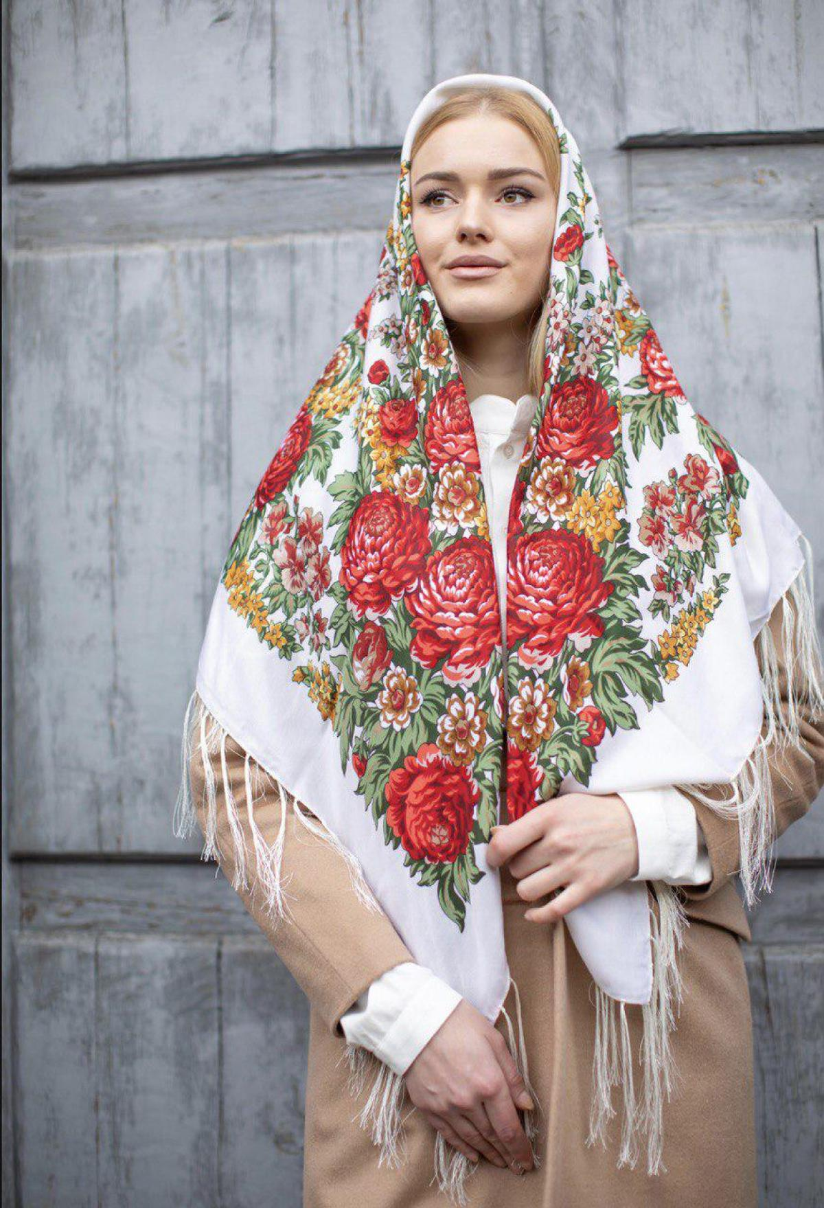 Біла хустка з яскравими червоними квітами. Фото №2. | Народний дім Україна