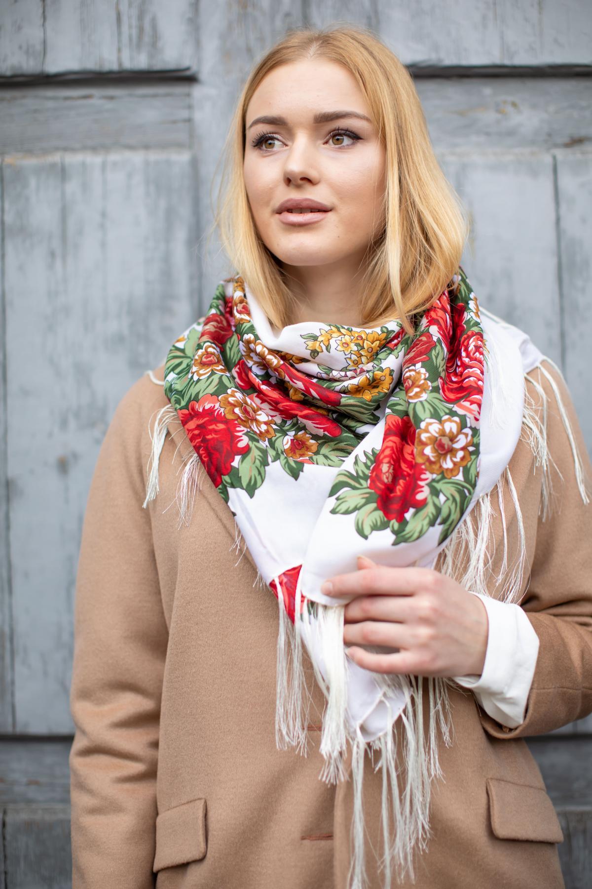 Біла хустка з яскравими червоними квітами. Фото №3. | Народний дім Україна