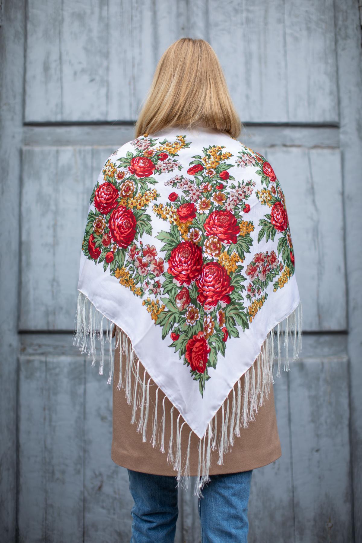 Біла хустка з яскравими червоними квітами. Фото №4. | Народний дім Україна