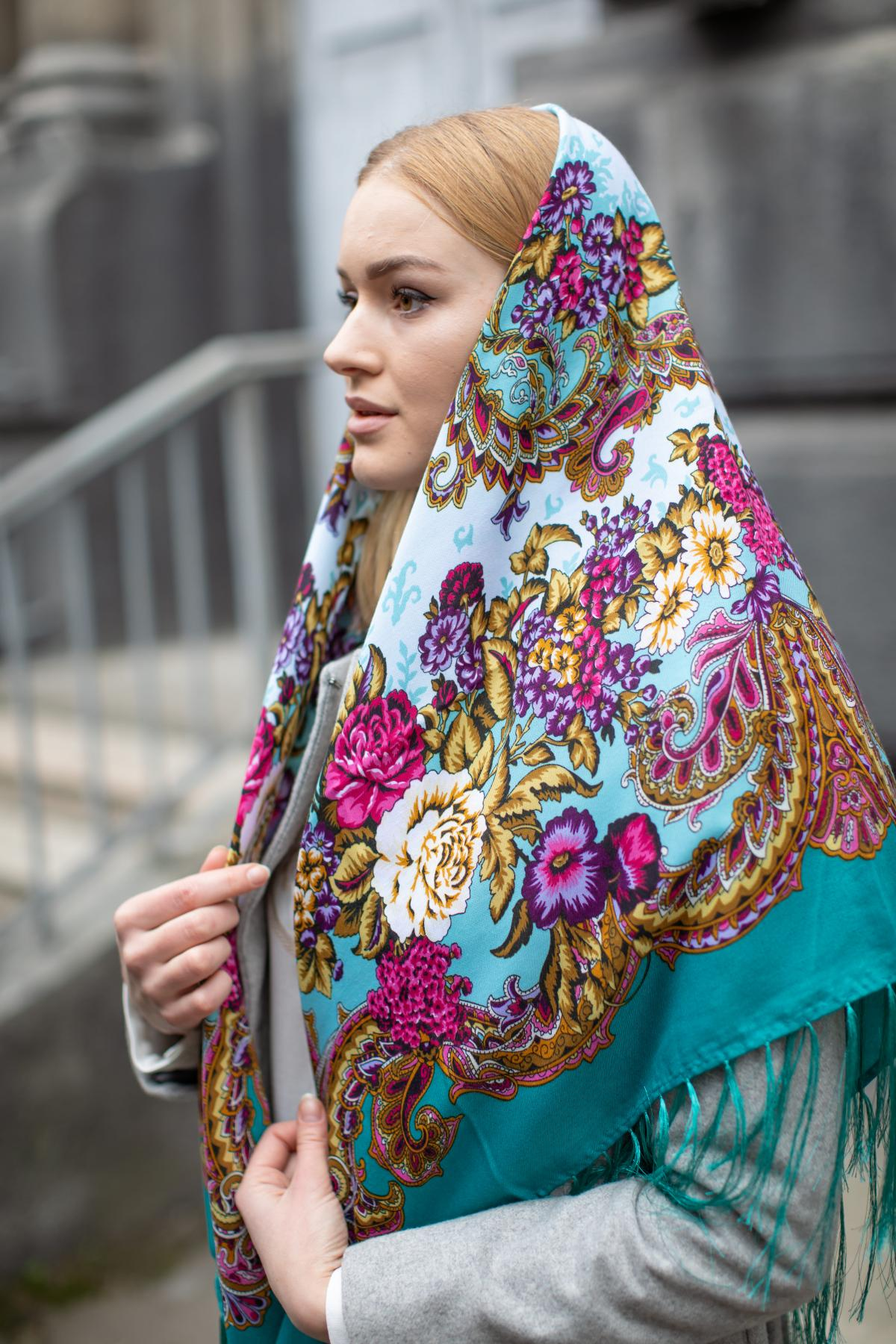 Зелена хустка з яскравим квітковим візерунком. Фото №3. | Народний дім Україна