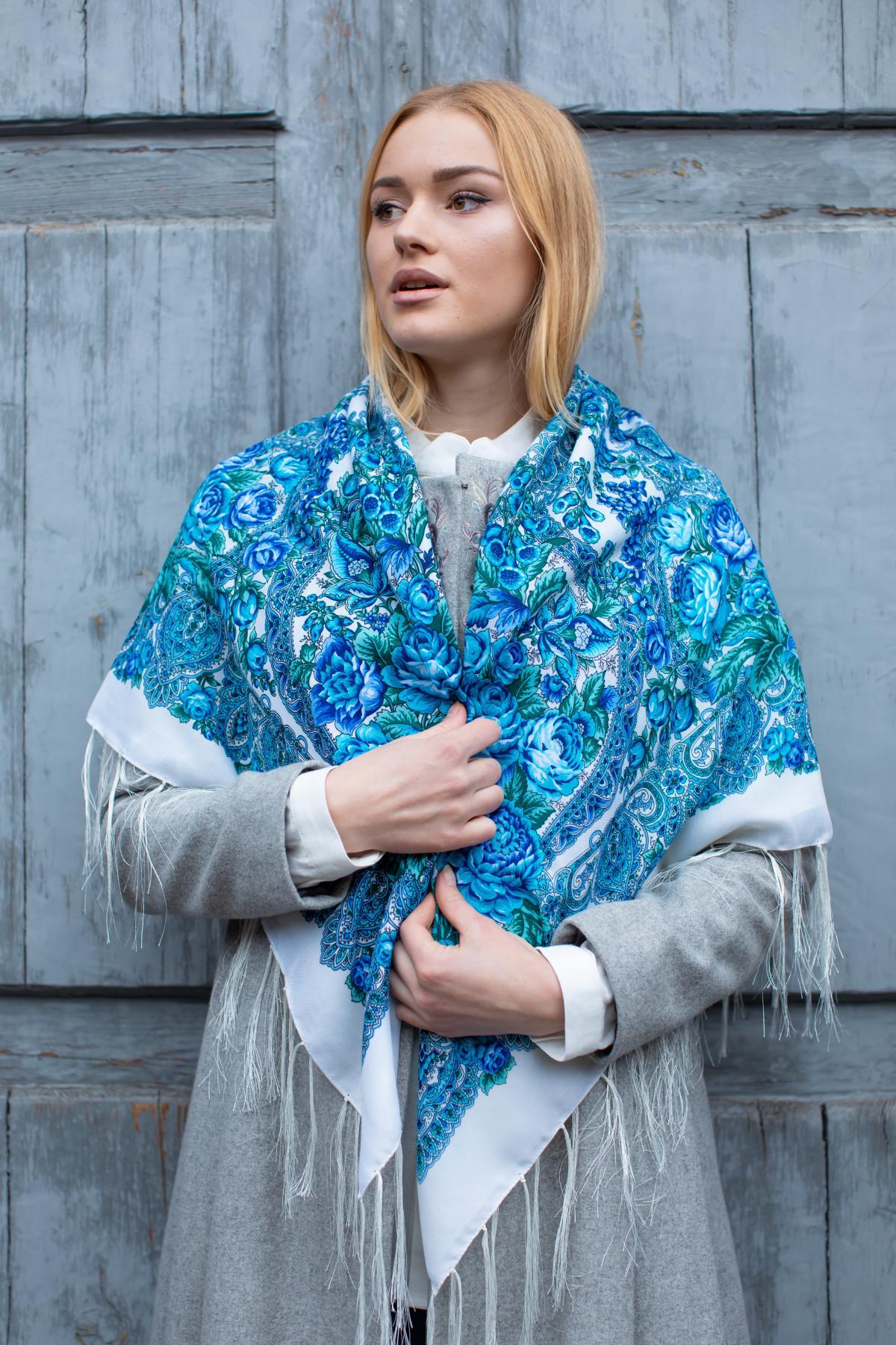 Молочный украинский платок с голубыми узорами. Фото №1. | Народный дом Украина