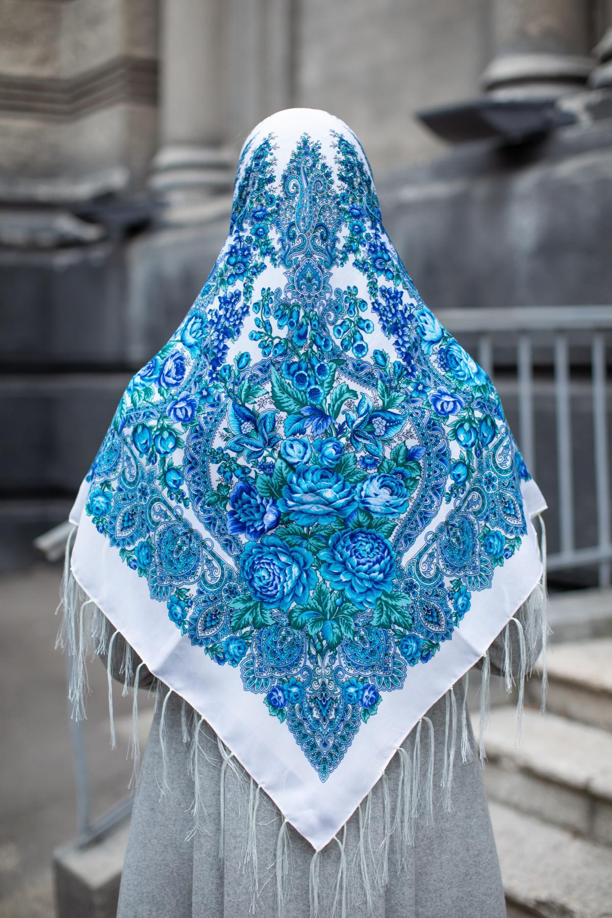Молочный украинский платок с голубыми узорами. Фото №3.   Народный дом Украина