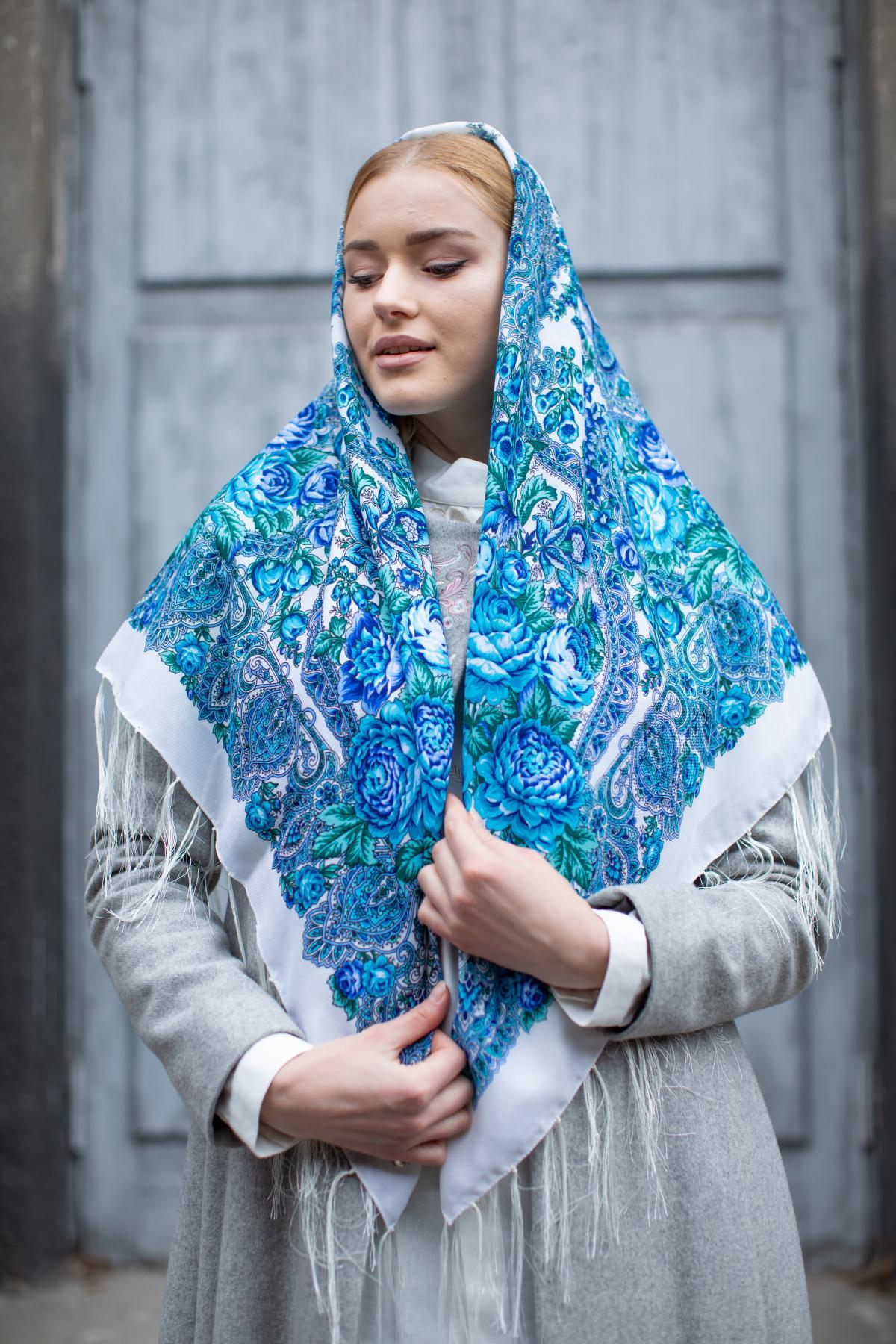 Молочный украинский платок с голубыми узорами. Фото №4.   Народный дом Украина