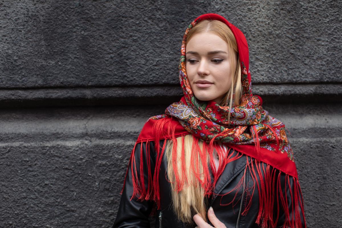 Ukrainian fiery red shawl with flowers. Photo №4. | Narodnyi dim Ukraine