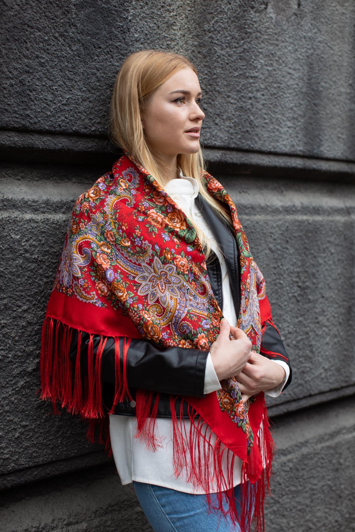 Ukrainian fiery red shawl with flowers. Photo №1. | Narodnyi dim Ukraine