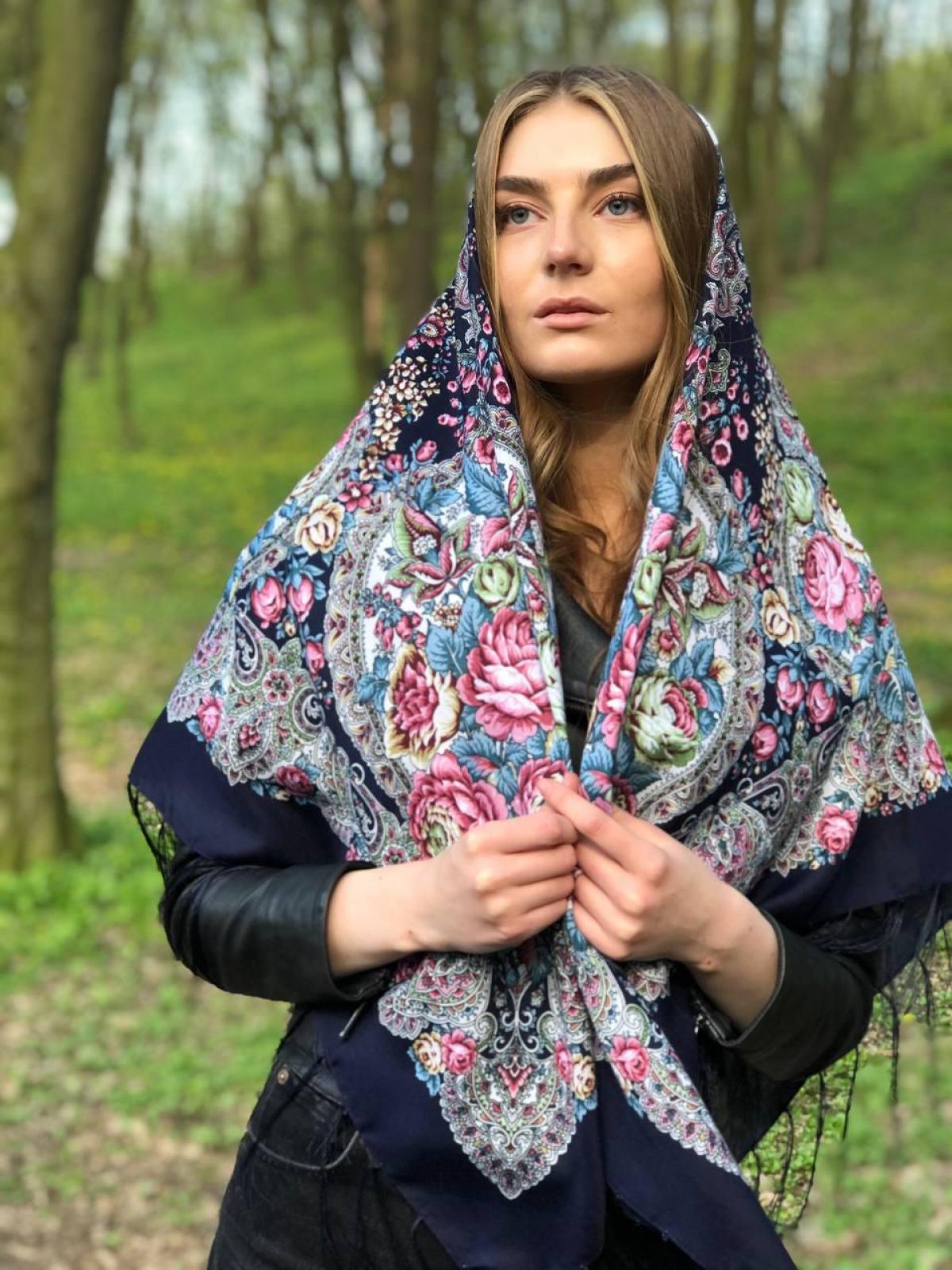 Вовняна синя хустка з рожевими квітами. Фото №1. | Народний дім Україна