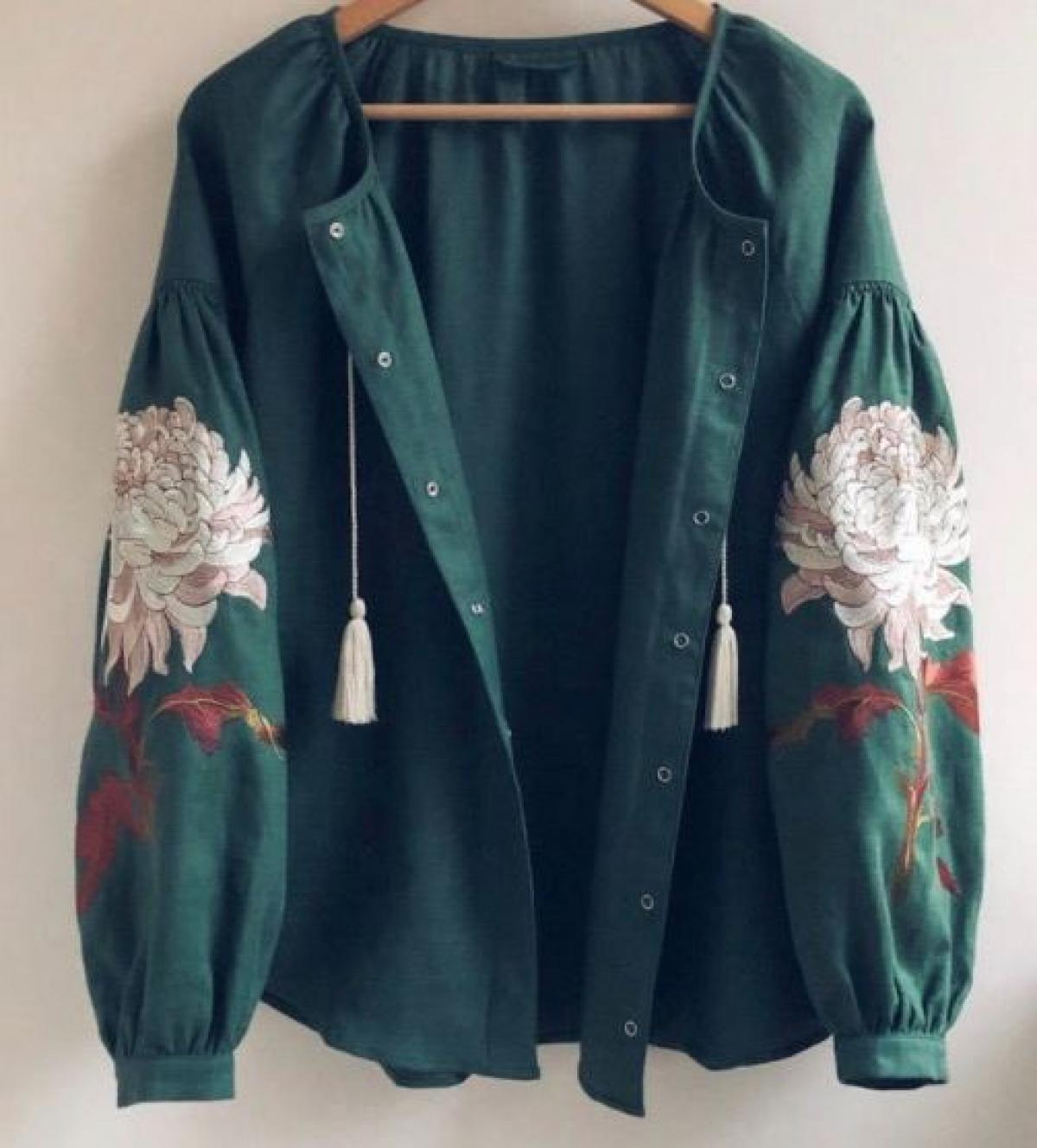 Women's green embroidered shirt with embroidered chrysanthemum