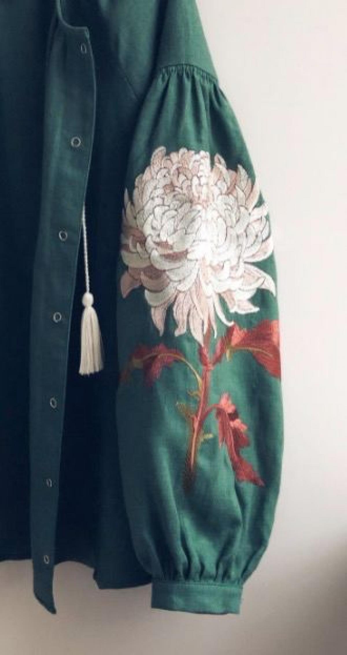 Жіноча зелена вишиванка з вишитою Хризантемою. Фото №3. | Народний дім Україна