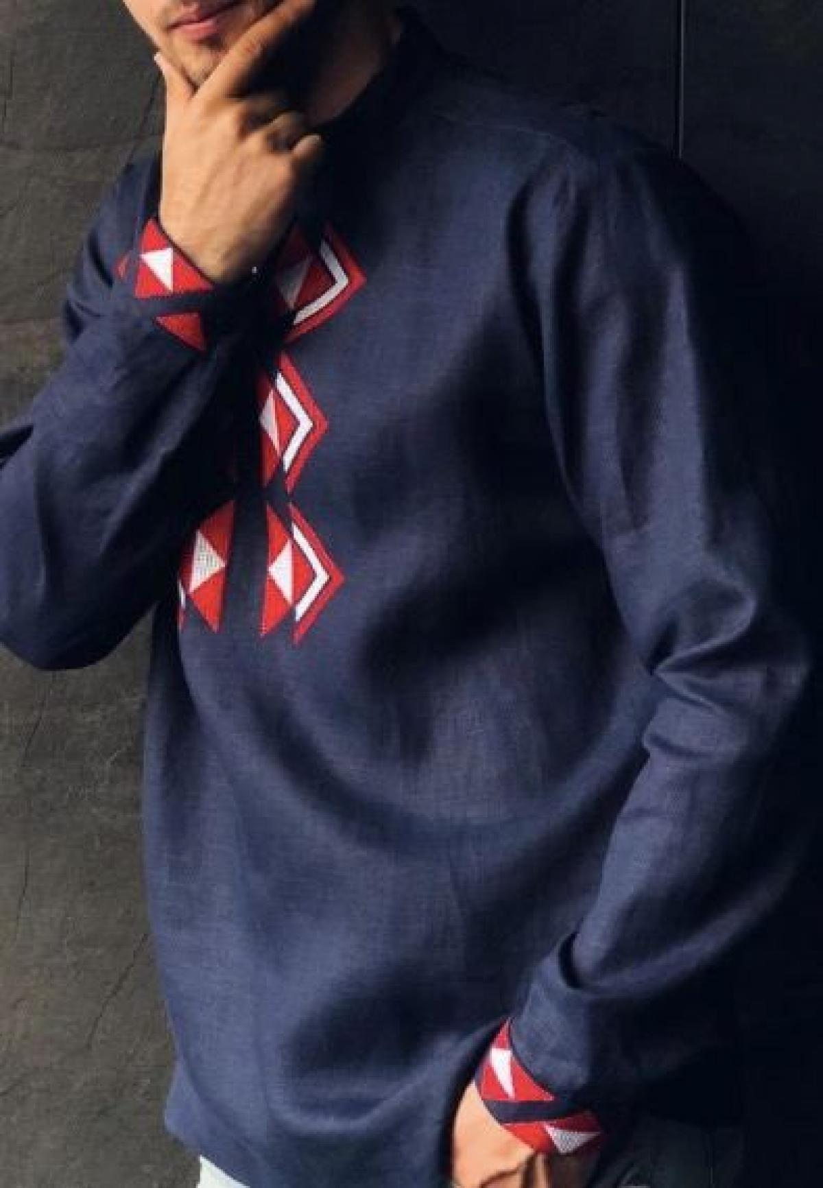 Синя чоловіча вишиванка з червоною вишивкою . Фото №2. | Народний дім Україна
