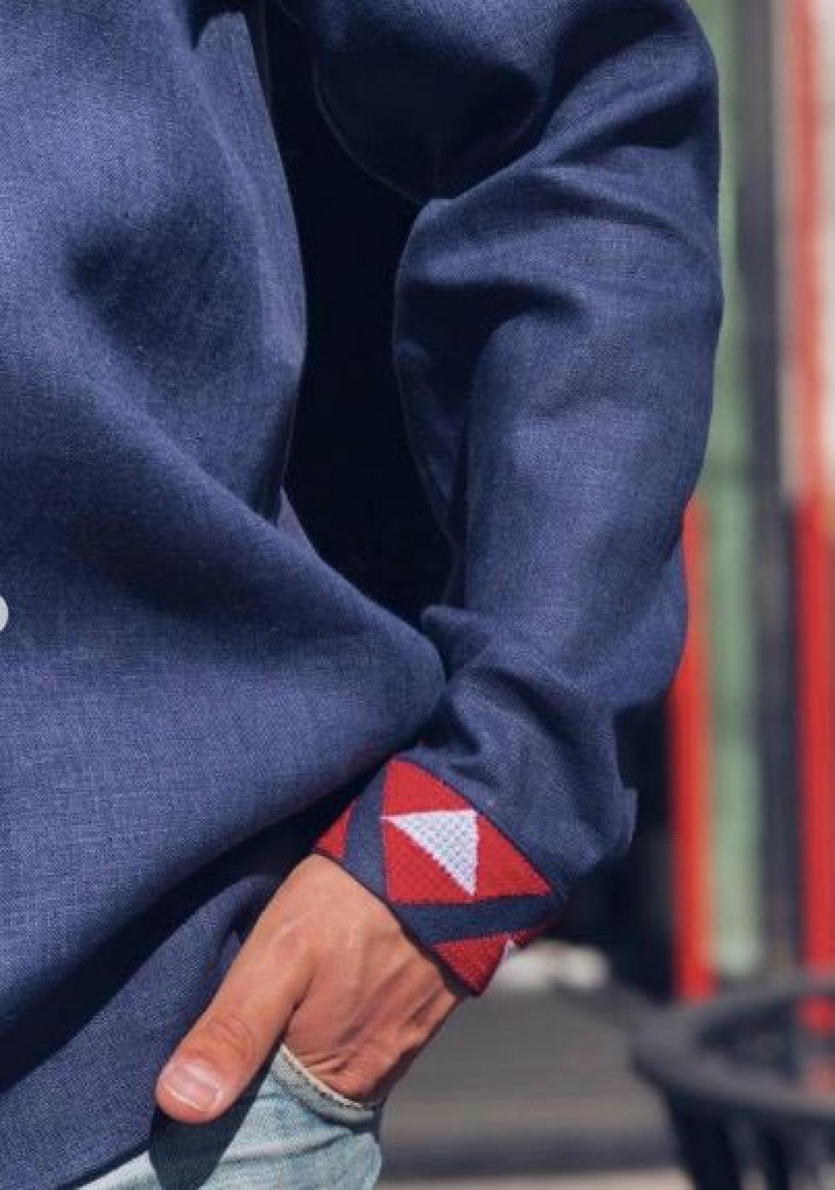Синя чоловіча вишиванка з червоною вишивкою . Фото №3. | Народний дім Україна