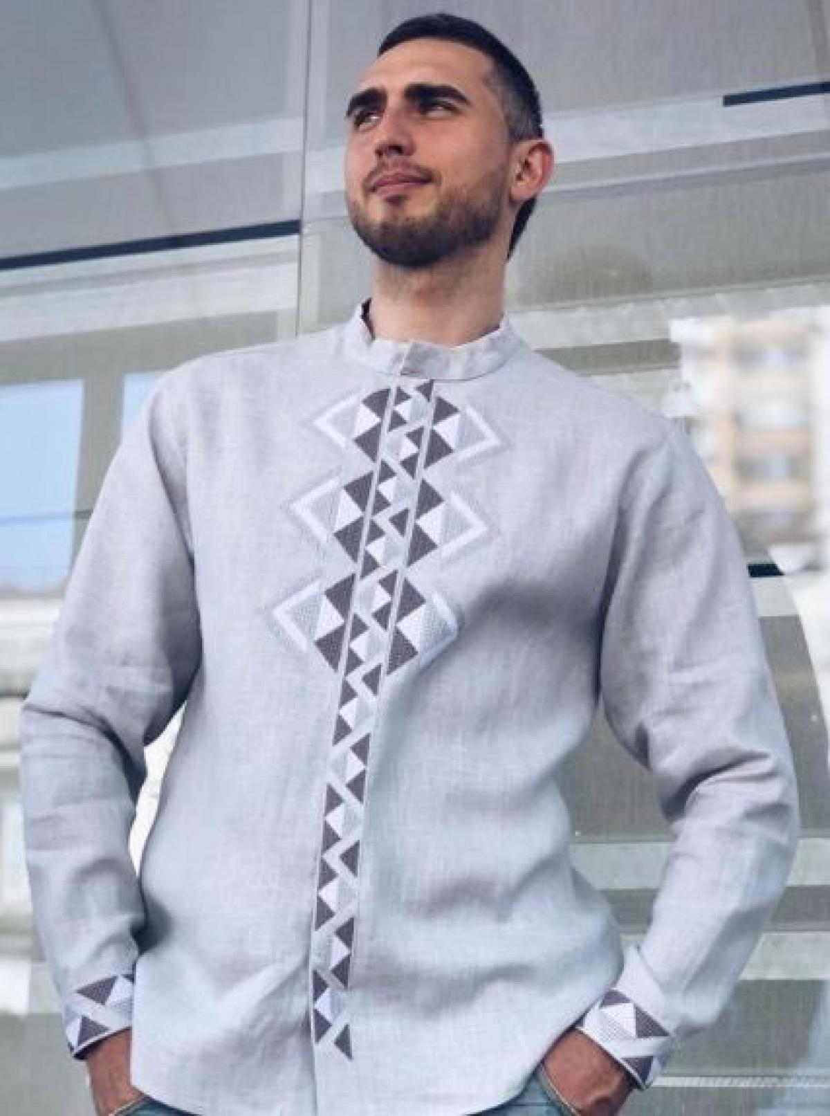 Современная мужская вышиванка серая